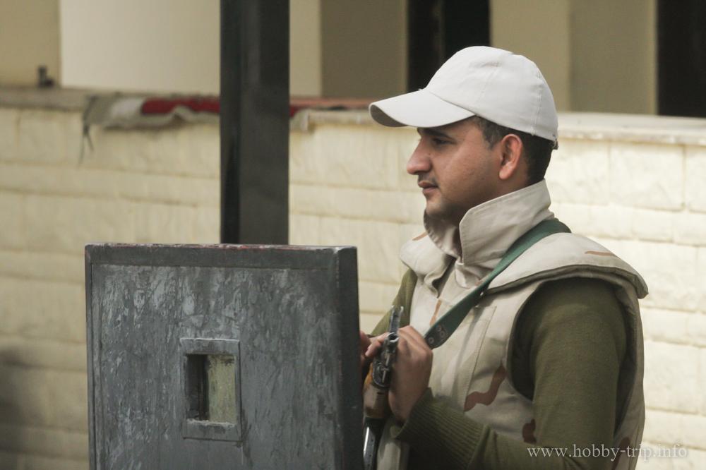 Войник пред християнска църква в Хургада, Египет