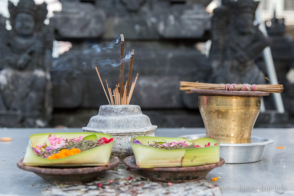 Дарове за боговете пред храм в Кута, Бали