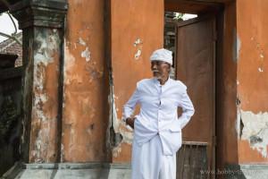 Портрет на индонезиец пред къщи