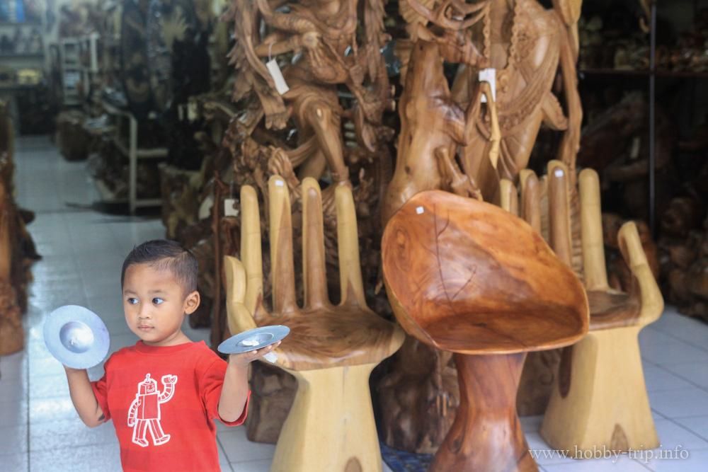 Магазин за дървени столове и дърворезба в гр.Кута - остров Бали, Индонезия