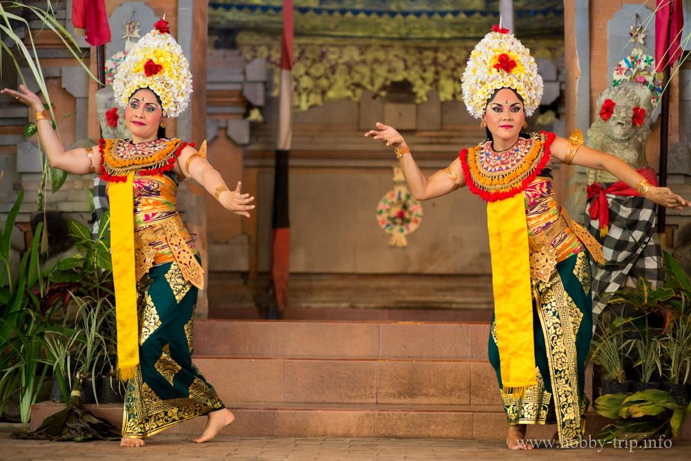 Танцьорки на традиционен танц Barong - остров Бали, Индонезия_