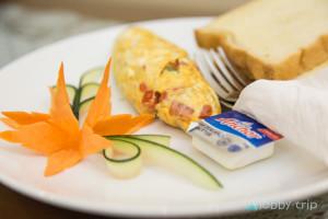 Закуска в Ханой- омлет и препечени филийки