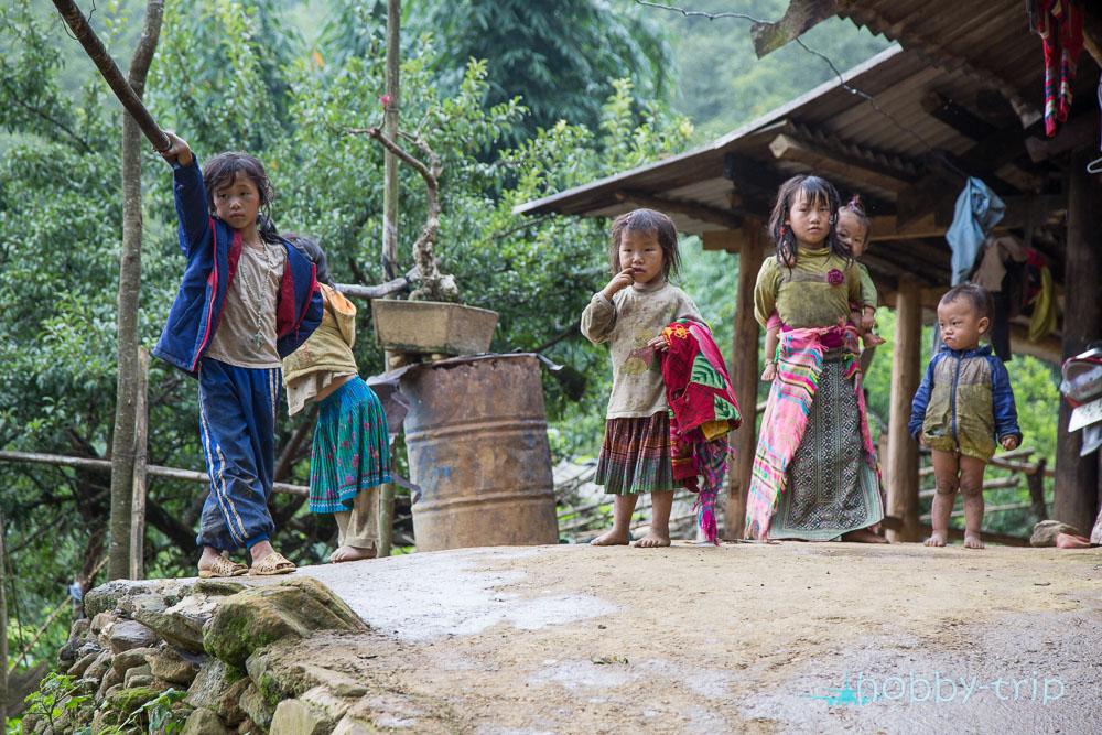 Деца пред къща в село - SAPA