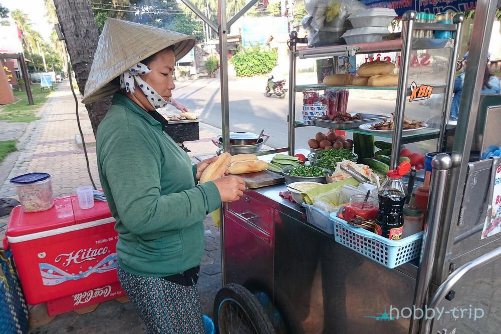 жена прави сандвичи