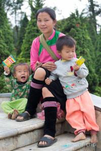 Майка с 2 момченца - SAPA